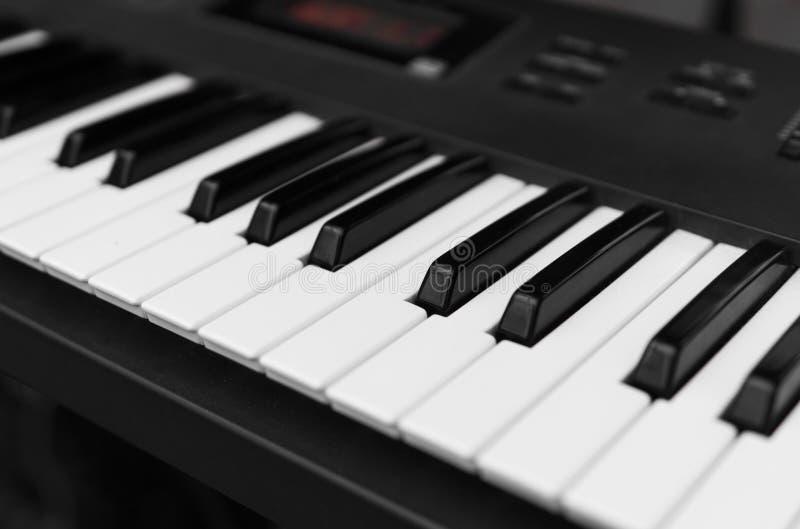 Opinión superior del tablero dominante del piano del sintetizador Teclado electrónico profesional de Midi con llaves blancos y ne imagenes de archivo