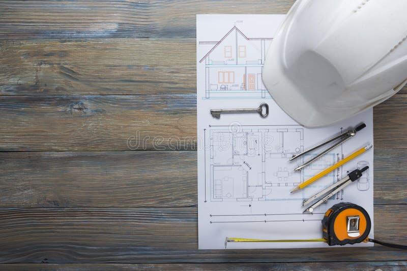 Opinión superior del worplace del arquitecto Proyecto arquitectónico, modelos, rollos y compás del divisor, llave del modelo en v imagen de archivo