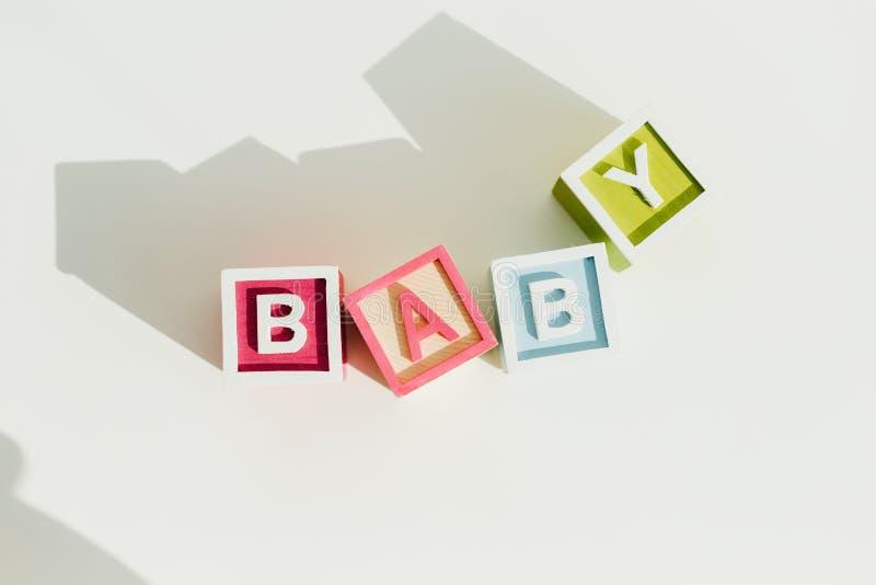 Opinión superior el bebé de la palabra en letra stock de ilustración