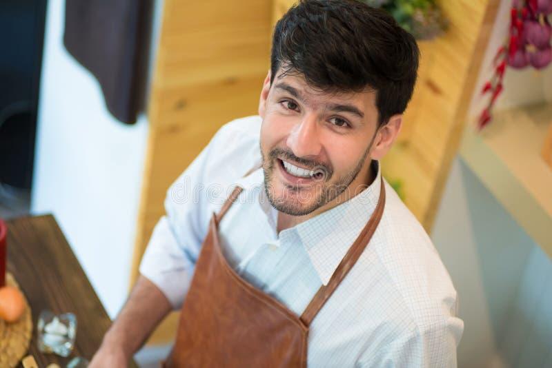 opinión superior el cocinero Smiling en cocina en casa imagen de archivo libre de regalías