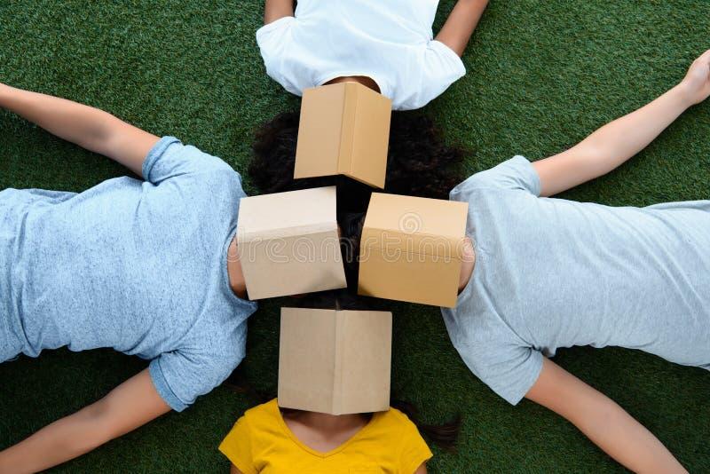 opinión superior el grupo de estudiantes que mienten en hierba verde con los libros fotografía de archivo