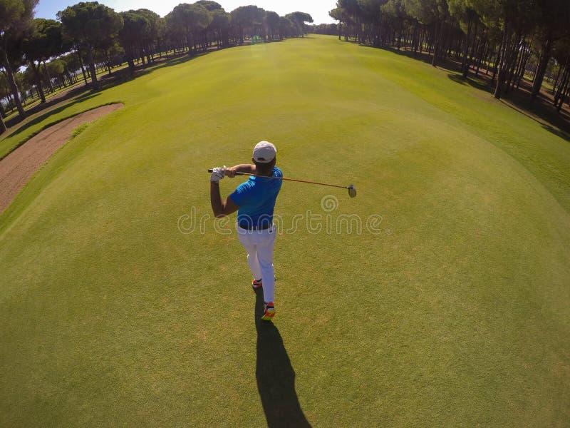Opinión superior el jugador de golf que golpea el tiro imagen de archivo