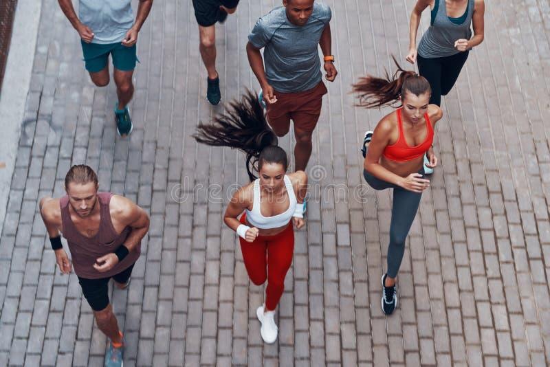 Opinión superior gente joven en ropa de los deportes imágenes de archivo libres de regalías