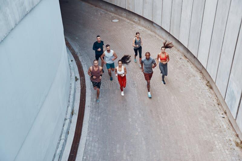 Opinión superior gente joven en ropa de los deportes fotos de archivo libres de regalías