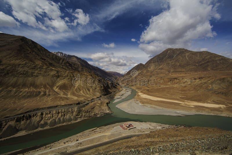 Opinión superior la confluencia de ríos Indus y Zanskar Leh Ladakh, la India imagen de archivo libre de regalías