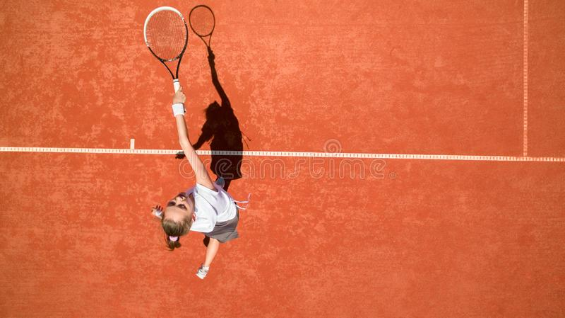 Opinión superior la deportista en salto en la pista de tenis foto de archivo libre de regalías