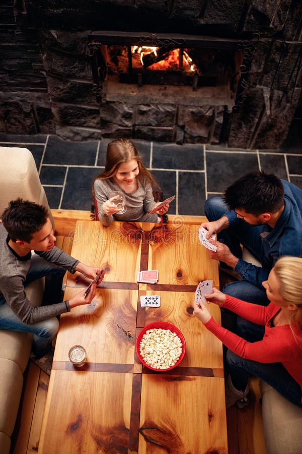 Opinión superior la familia feliz que tiene la diversión y naipes imagen de archivo