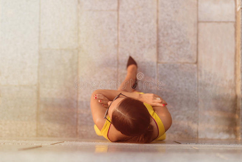 Opinión superior la muchacha de la moda en vestido amarillo fotografía de archivo libre de regalías