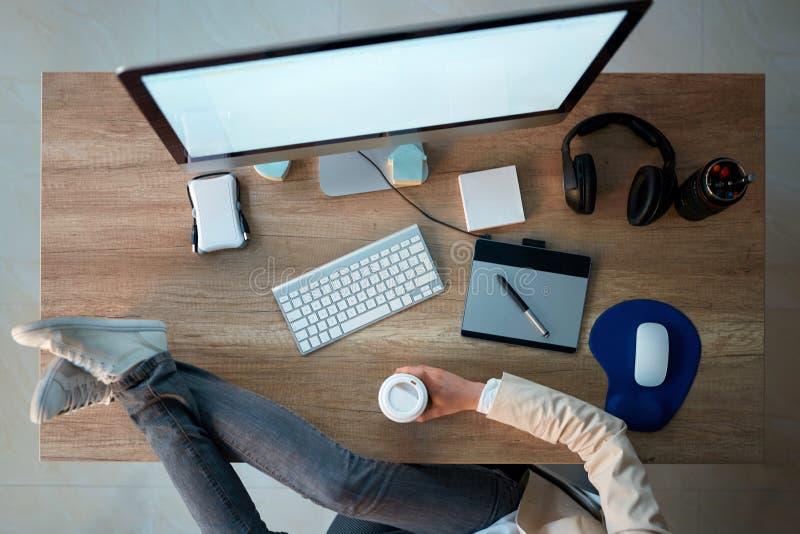 Opinión superior la mujer creativa del diseñador web que hace la rotura mientras que holdi foto de archivo