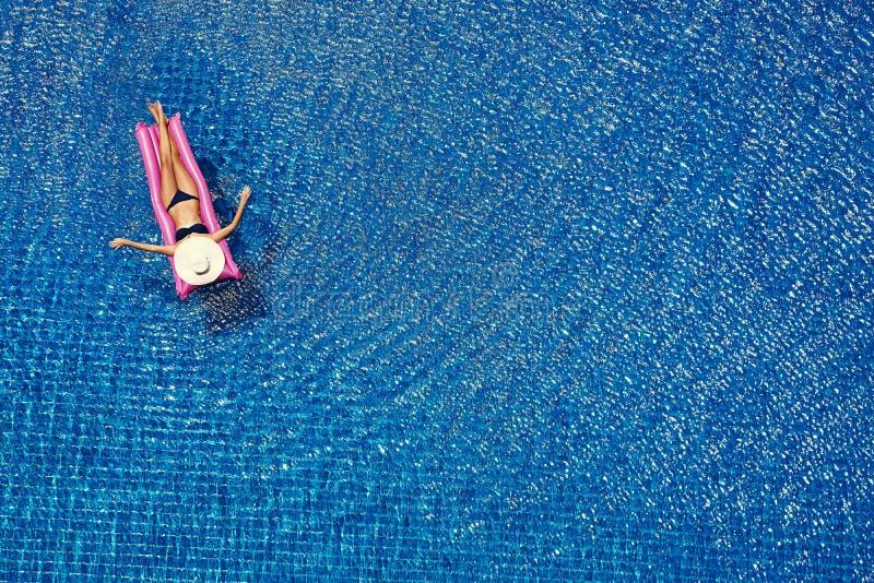 Opinión superior la mujer joven en la piscina fotos de archivo