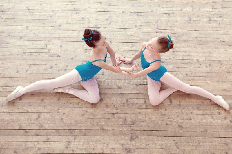 Opinión superior las bailarinas menudas que bailan en estudio fotografía de archivo