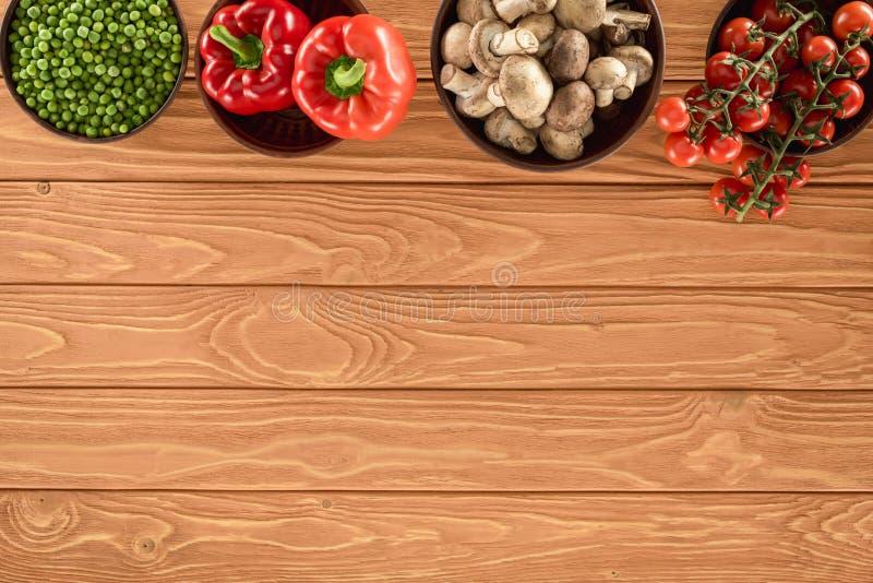 opinión superior las setas del champiñón y las diversas verduras en cuencos imagen de archivo