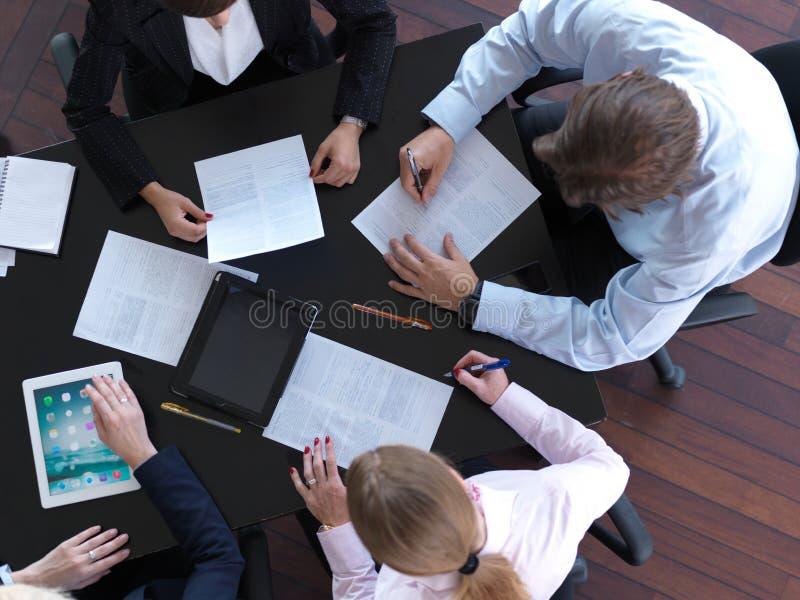 Opinión superior los hombres de negocios del grupo en la reunión imágenes de archivo libres de regalías