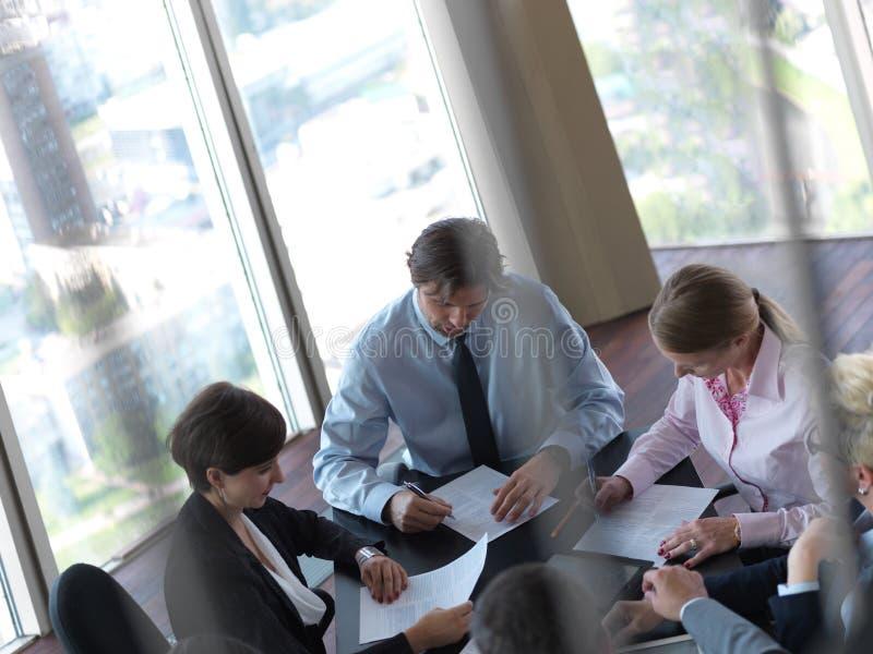Opinión superior los hombres de negocios del grupo en la reunión imagen de archivo