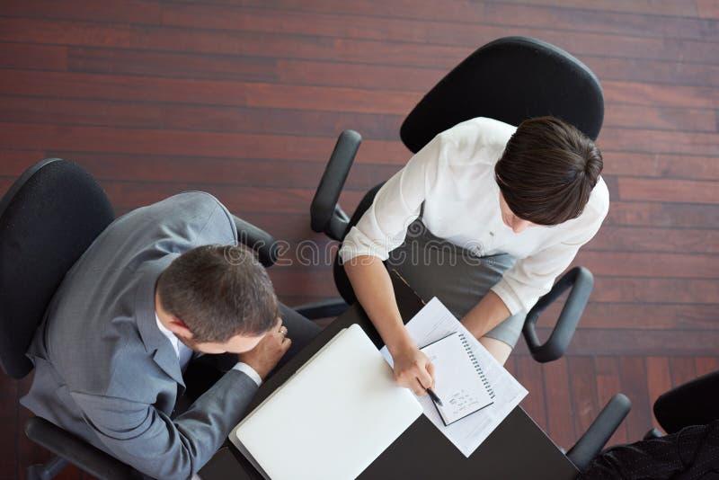 Opinión superior los hombres de negocios del grupo en la reunión imagen de archivo libre de regalías