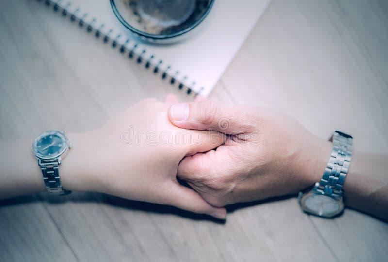 Opinión superior masculino y la hembra que llevan a cabo las manos imagen de archivo