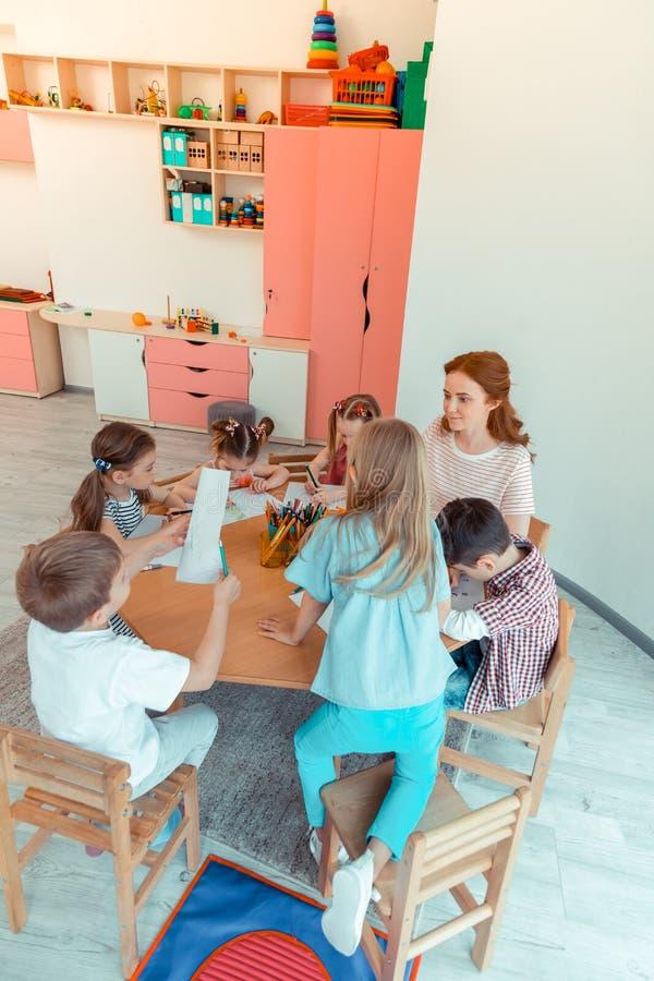 Opinión superior niños agradables felices durante la lección foto de archivo libre de regalías