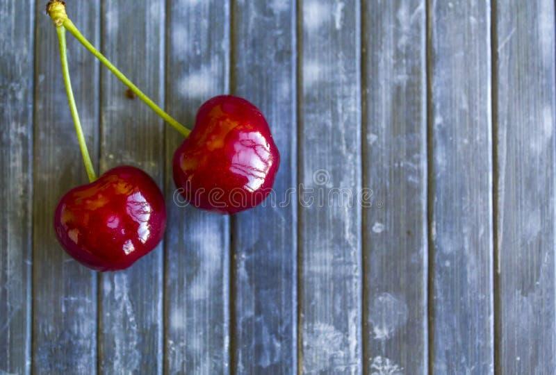 Opinión superior pares de cerezas en fondo rústico imagen de archivo libre de regalías