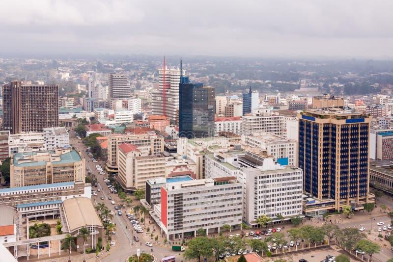Opinión superior sobre el distrito financiero central de Nairobi del helipuerto de Kenyatta International Conference Centre imagen de archivo