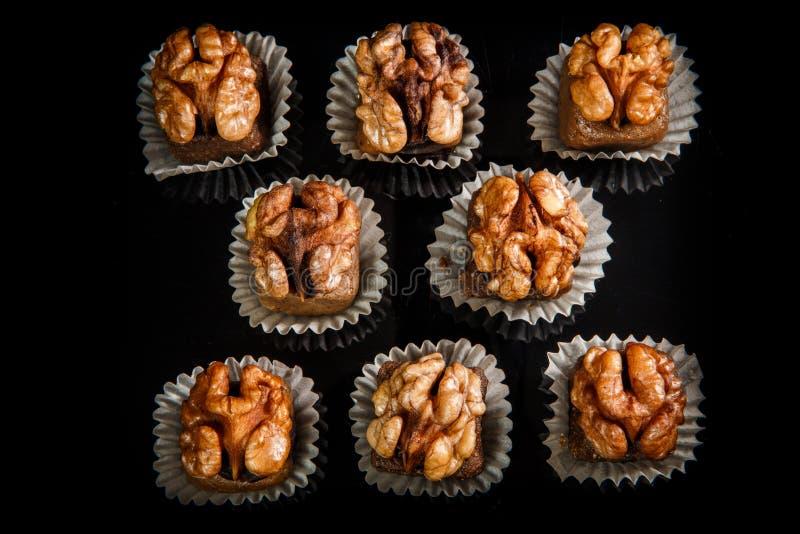 Opinión superior sobre el grupo de caramelos hechos a mano útiles con la nuez fotos de archivo libres de regalías