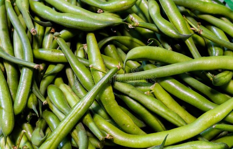 Opinión superior sobre habas verdes frescas de la estación de verano fotos de archivo