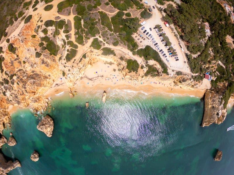 Opinión superior sobre la costa de Océano Atlántico, de la playa y de acantilados en Praia de Marinha, Algarve Portugal fotos de archivo libres de regalías
