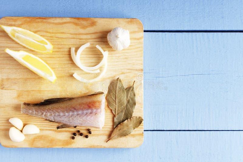Opinión superior sobre la tabla de madera con los ingredientes para cocinar Verduras y pescados en tabla de cortar Concepto sano  imágenes de archivo libres de regalías