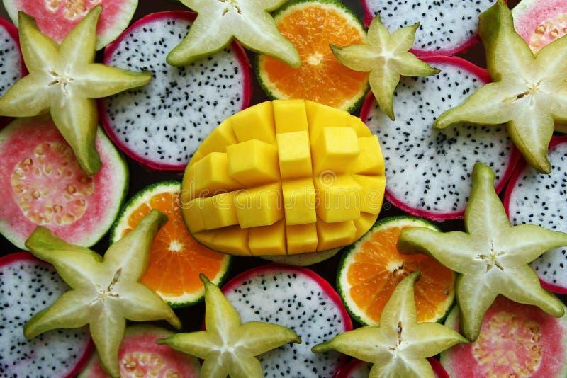 Opinión superior sobre las frutas tropicales frescas y maduras mezcladas imagen de archivo libre de regalías