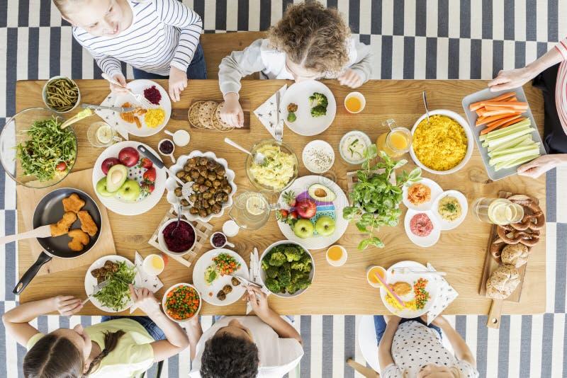 Opinión superior sobre los niños que comen la comida sana fotos de archivo libres de regalías