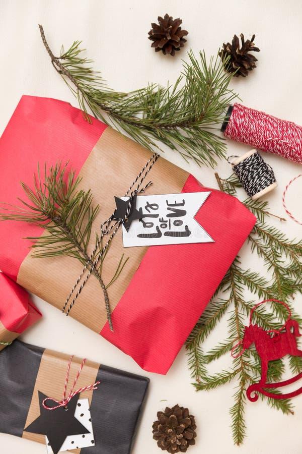 Opinión superior sobre los regalos y las decoraciones agradable envueltos de la Navidad en colores rojos y traseros Presentes par foto de archivo
