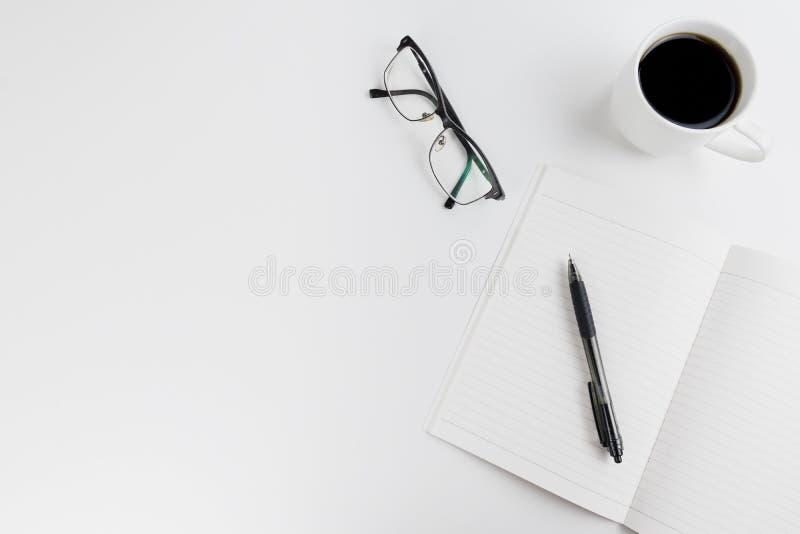 Opinión superior sobre un espacio de trabajo del escritor del blogger/del freelancer/ fotos de archivo libres de regalías