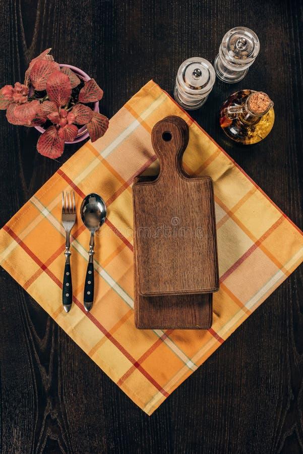 opinión superior tableros de madera con la bifurcación y la cuchara fotografía de archivo libre de regalías