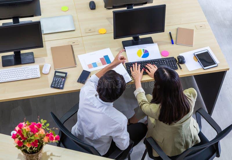 Opinión superior trasera el hombre y la mujer del contable que trabajan en el ordenador que analiza la declaración de renta fotos de archivo libres de regalías