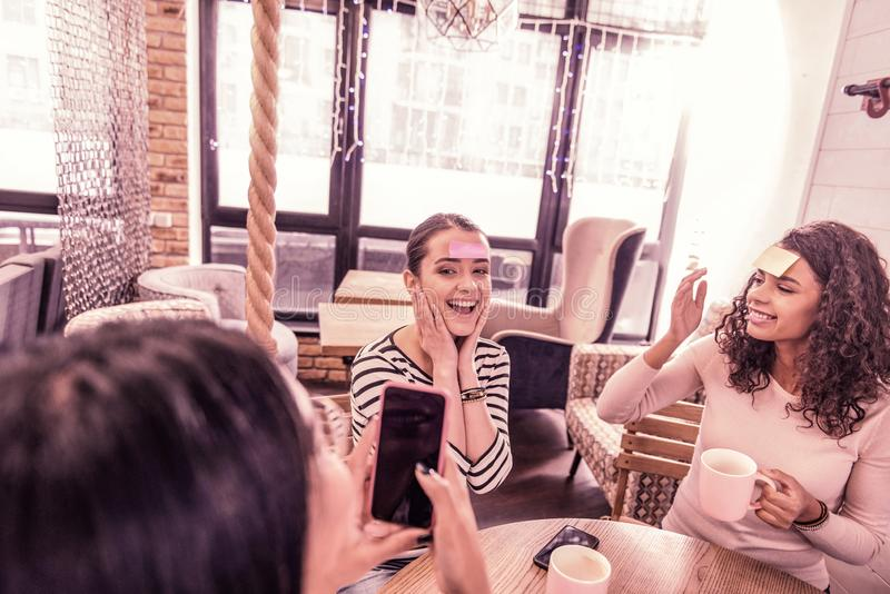 Opinión superior tres mujeres divertidas que usan acercamiento creativo en estudiar palabras extranjeras imagenes de archivo