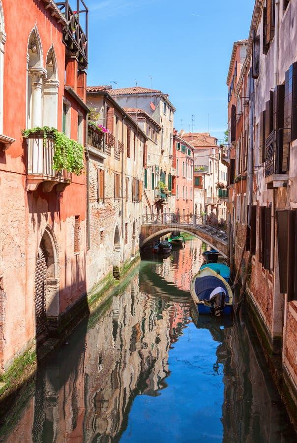 Opinión típica sobre el canal estrecho en Venecia, Italia fotos de archivo