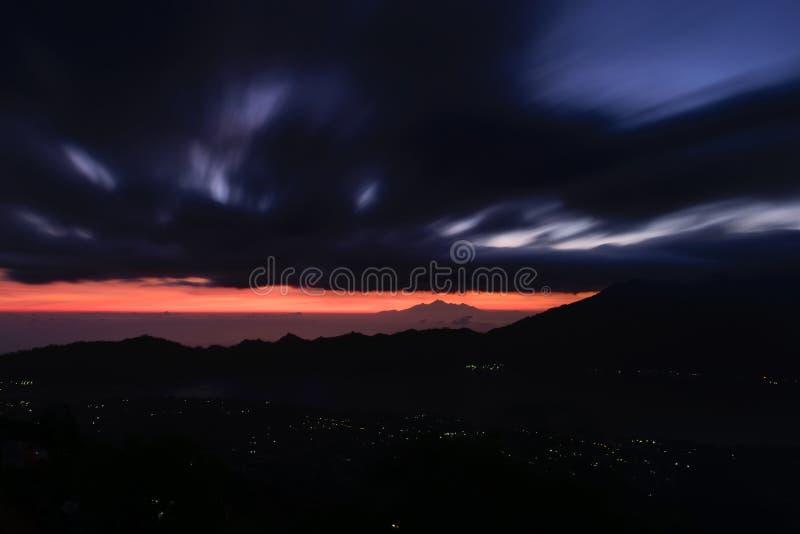 Opinión temprana de la salida del sol del volcán en Bali, Indonesia de Gunung Batur imagenes de archivo