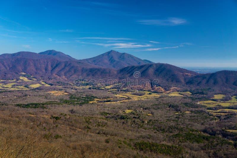 Opinión temprana del invierno de los picos del valle de la cala de la nutria y del ganso fotografía de archivo