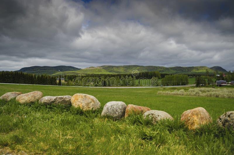 Opinión tranquila del paisaje de la naturaleza con la montaña de la hierba verde y el cielo azul cubiertos con las nubes en un dí foto de archivo