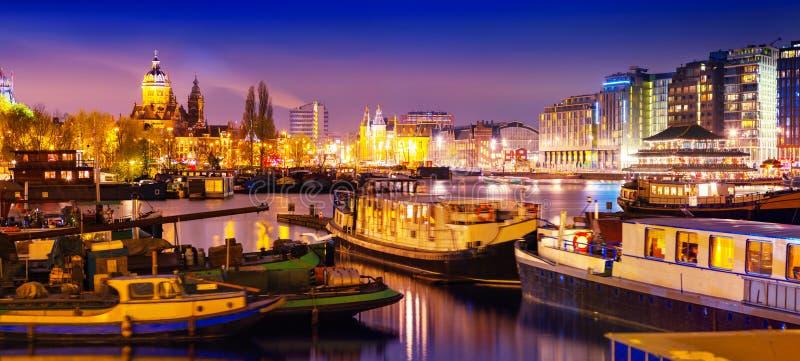 Opinión tranquila hermosa de la noche de la ciudad de Amsterdam imágenes de archivo libres de regalías