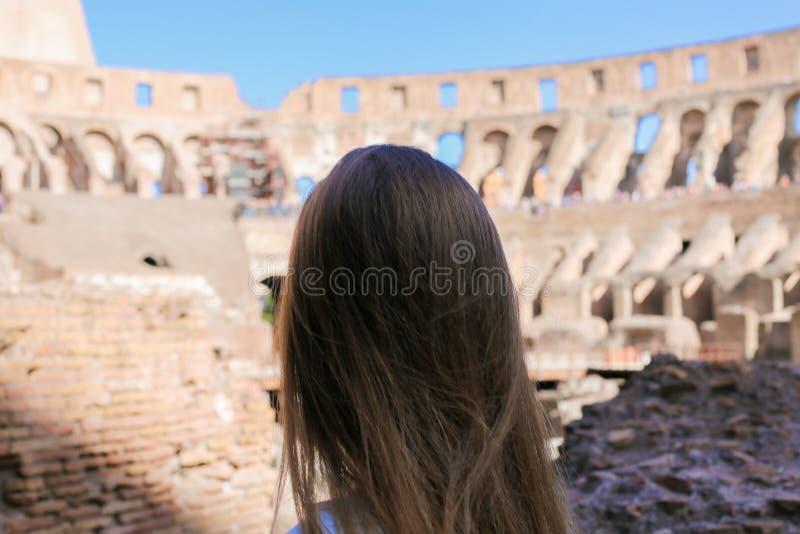 Opinión trasera del primer el turista femenino dentro de Colosseum en Roma, Italia fotografía de archivo libre de regalías