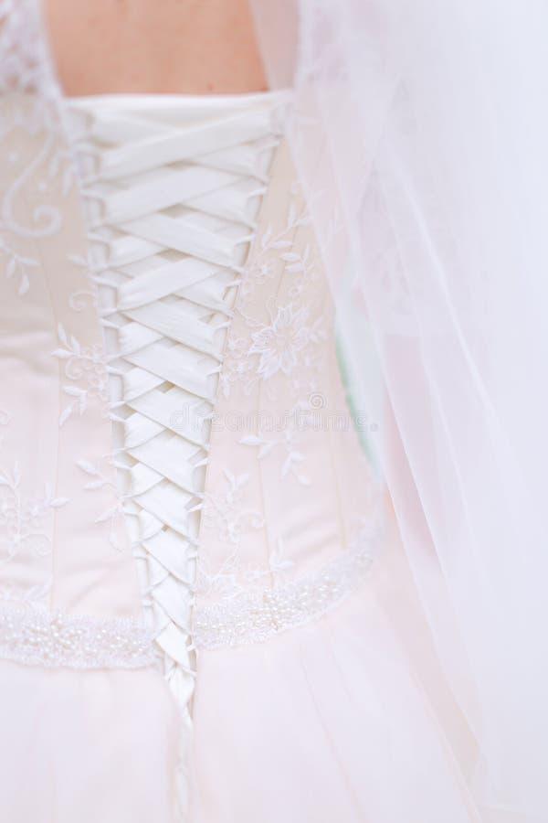 Opinión trasera del primer del vestido de la novia imagenes de archivo