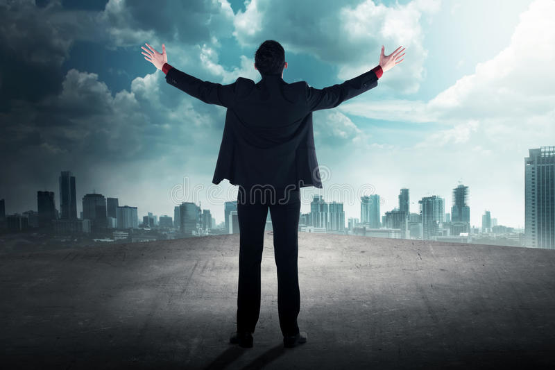 Opinión trasera el hombre de negocios acertado en el tejado fotografía de archivo libre de regalías