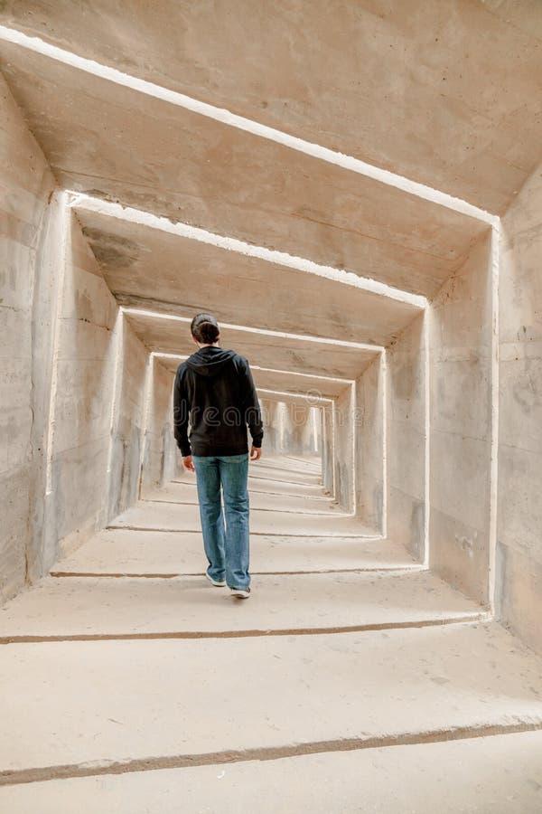 Opinión trasera el hombre que camina solamente en pasillo del túnel Paso solo subterráneo urbano de la calzada Solo movimiento ad fotos de archivo libres de regalías