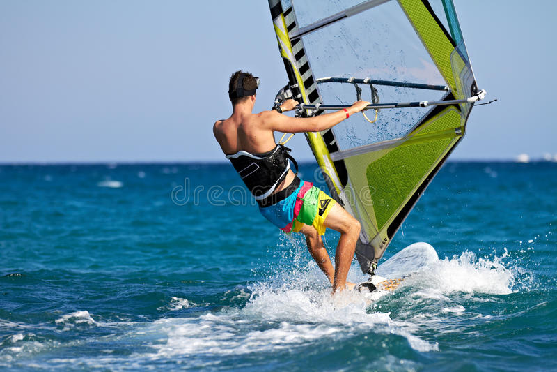 Opinión trasera el windsurfer joven imágenes de archivo libres de regalías