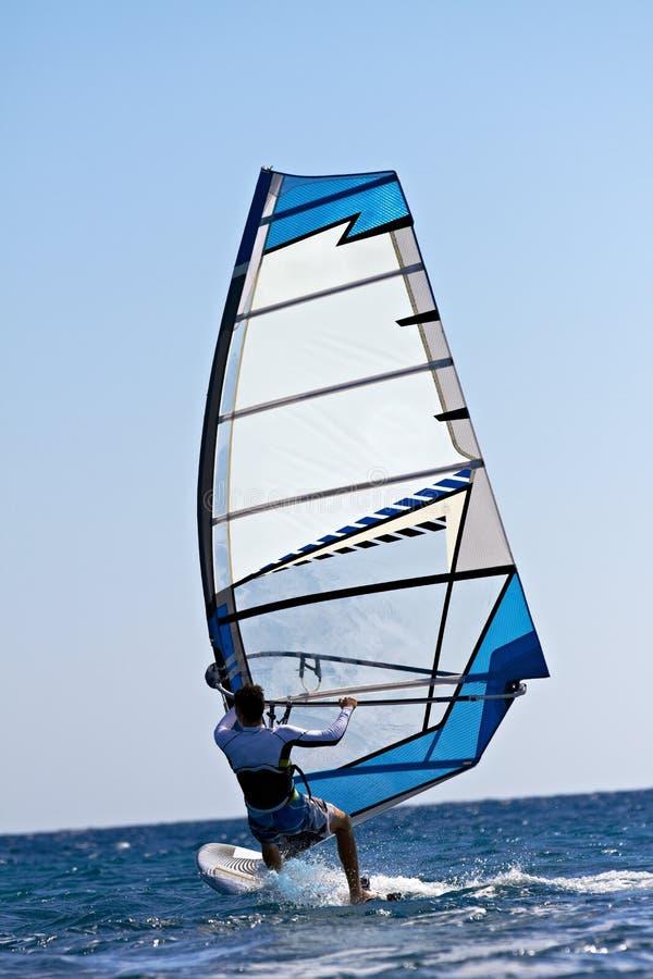 Opinión trasera el windsurfer joven fotografía de archivo