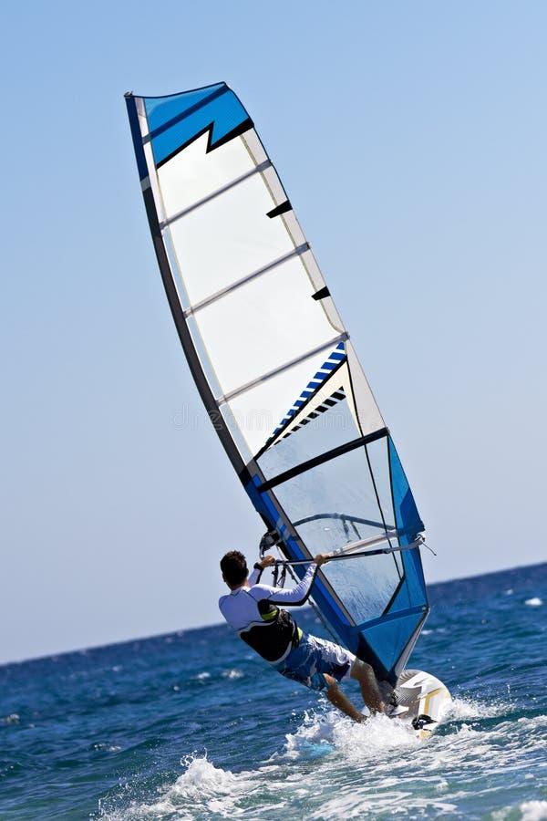 Opinión trasera el windsurfer joven imagen de archivo