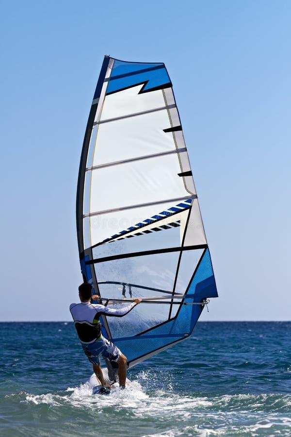 Opinión trasera el windsurfer joven fotos de archivo libres de regalías