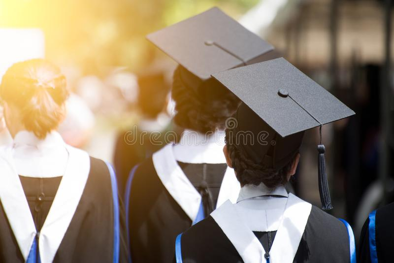 Opinión trasera graduados durante el comienzo Enhorabuena de la educaci?n del concepto en universidad imagen de archivo libre de regalías