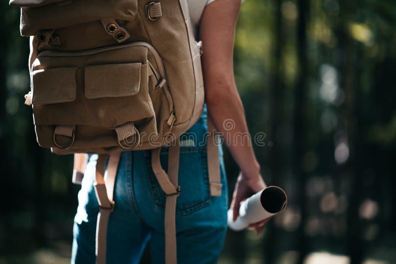 Opinión trasera la mochila del viajero del primer y la mujer valiente linda que viajan solamente entre bosque en al aire libre imágenes de archivo libres de regalías