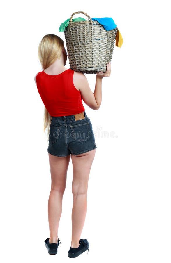 Opinión trasera la mujer con la cesta de lavadero sucio fotos de archivo libres de regalías